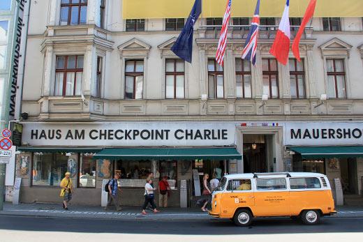 Fahnen der Alliierten am Museum am Checkpoint Charlie